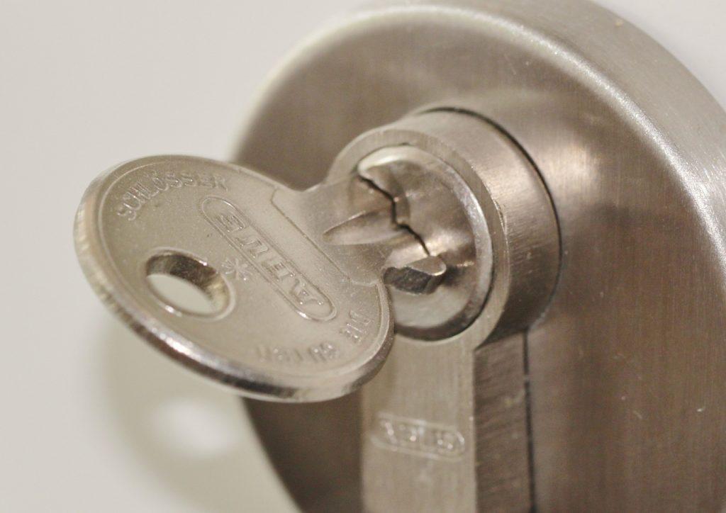 Sei rimasto chiuso fuori casa? La chiave della serratura si è spezzata nel nottolino? Possiamo intervenire noi di Fabbro Roma Riparazioni per sostituirla